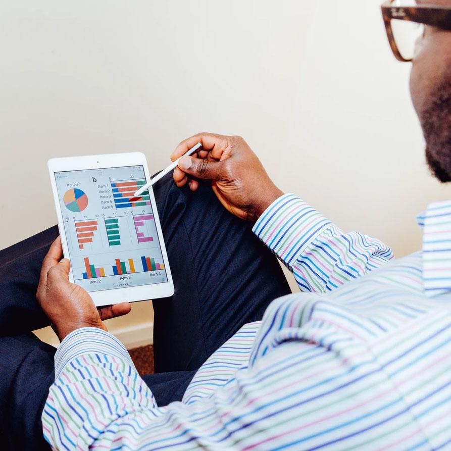 Mann mit Tablet und Grafiken